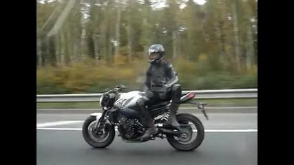 Луд моторист на пътя!
