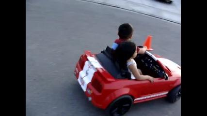 Малък пич вози момиче и дрифти - Забавно!