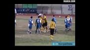 Футболист наритва играч на другият отбор след получен червен картон
