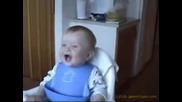 Бебе се смее като пияно !! d