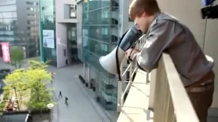 Джъстин пее на мегафон