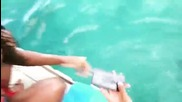 Момиче избухва в радост ,не очакваше делфин да и върне изпуснатият телефон!