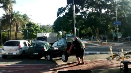 Много силен мъж подмества колата си от пътя!
