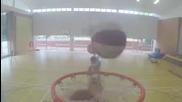 Момчета изпълняват баскетболен трик ... 10 коша за 10 секунди.