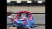 Уличен клоун се прави на бебе в количка! Много смях!