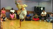 Момче с един крак танцува брейк ..