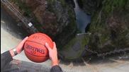 Какво става като хвърлим баскетболна топка от 126 метров бент
