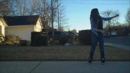 Момиче танцува удивително на Dubstep песен