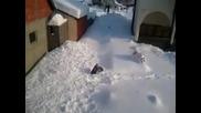 Луд скок от покрива в снега