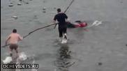 Руснаци ловят риба в река по много щур начин ,смях