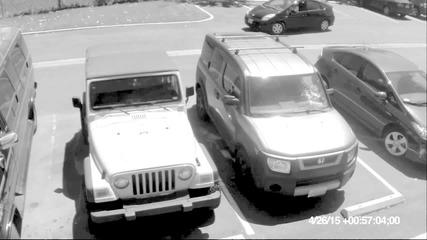 Баба с бухалка троши стъклото на джип, изпреварил я при паркиране
