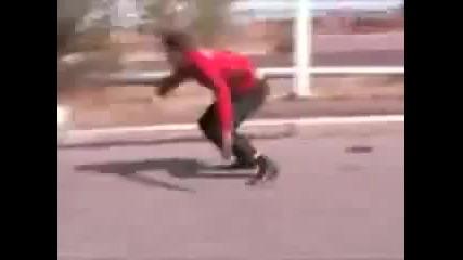 Луд Руснак пада от колата си в движение