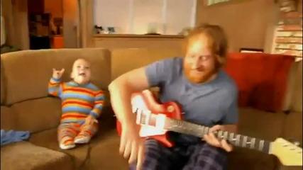 Това бебе знае как да свири на китара