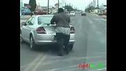 Мъж бута кола гол