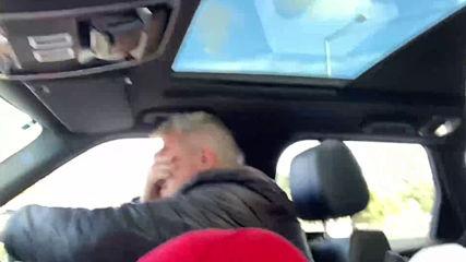 Синът намери забавно хоби, за да вземе баща си в колата