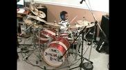 5годишно дете свири на барабани.