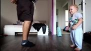 Бебе на 2 годинки танцува брейк с татко си