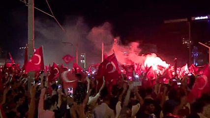 Хиляди празнуват неуспешния преврат на площад