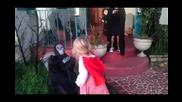 Малко момиченце защити брат си от страшна декорация за Хелоуин