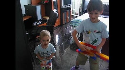 Вили и Бу играят на импровизиран Guitar hero