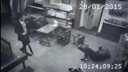 Китайка наказва хулигани в ресторант