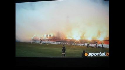 Ултрасите на Литекс спряха мача на Левски - Литекс с факлите си