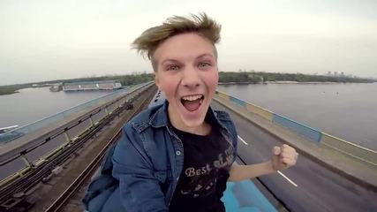 Руснак се вози на покрива на влак