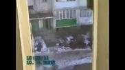 Руснак пада от етаж на блок и нищо му няма