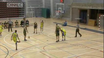 Баскетболист се опитва да вкара в собстевния си кош