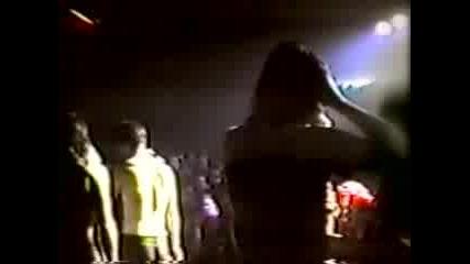 Кърт Кобейн (nirvana) Яде Бой На Концерт