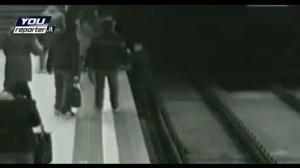 10 год. момче пада в метрото