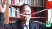 Мъж издърпва живи змии през носа и устата си