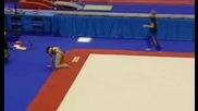 Гимнастичка си пада на главата