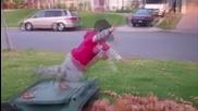 Дете скача в купчина листа