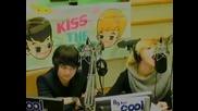 Taemin Ще лапне микрофона :x :d ^___^