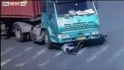 Велосипедист оцеля, след като бе прегазен от камион