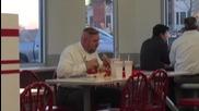 Мъж яде като абсолютен маниак в ресторант за бързо хранене