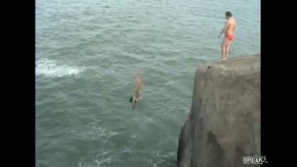 Момиче се удря много болезнено след скок във вода!