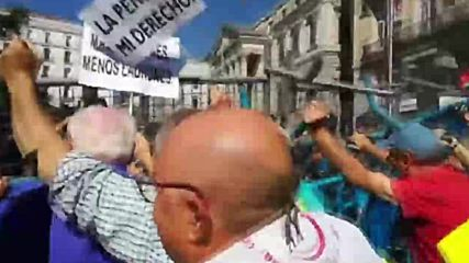 Spain: Retirees brawl with riot police over pensions