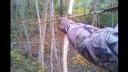 Залавяне на койот със примитивен индиански лък и стрела