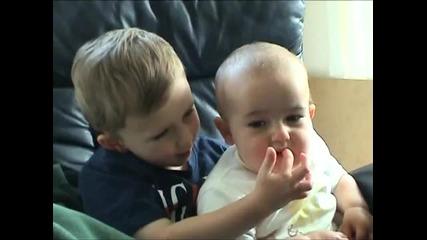 бебе се гаври с брат си - аууч