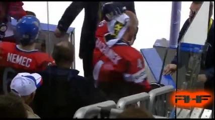 Световно по хокей 2011 Чехия - Русия Evgeni Artyukhin Vs Karel Rachunek