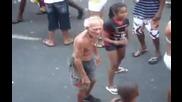 Страшен дядо завладян от музиката и танците