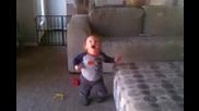 Бебе се кефи на балончета от веро