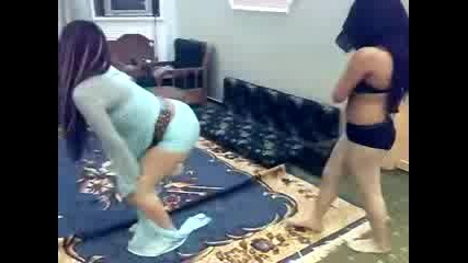 Две Красиви Момичета Танцуват