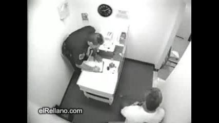 Пияница си чупи главата пред полицай...