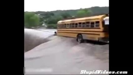 Шофьор на училищен автобус преминава през голям поток с вода