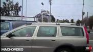 Лудак На Предния Капак На Кола В Движение Се Опитва Да Счупи Стъклото