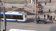 Само в Русия - тролейбус тегли закъсала кола