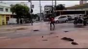 Мотоциклиста в Бразилия се озова в дупка